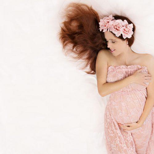 babybauch shooting münchen mit rosa kleidung und Haarband